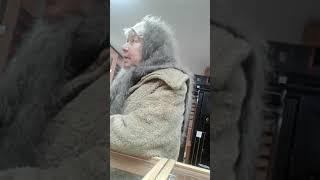 Бабка в оружейном магазине.