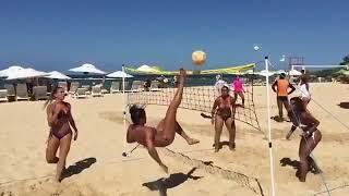 Бразилия Сочные бразильянки  играют в пляжный волейбол!
